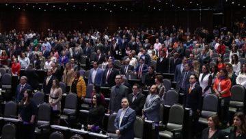 Una pareja de ciudadanos se colaron a la sesión de la Cámara de Diputados, donde extendieron una manta contra el diputado del Partido del Trabajo, Gerardo Fernández Noroña. Los manifestantes fueron retirados por personal de seguridad.